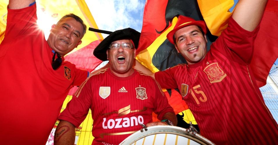 13.jun.2014 - Torcedores da Espanha antes da partida contra a Holanda na Fonte Nova, em Salvador