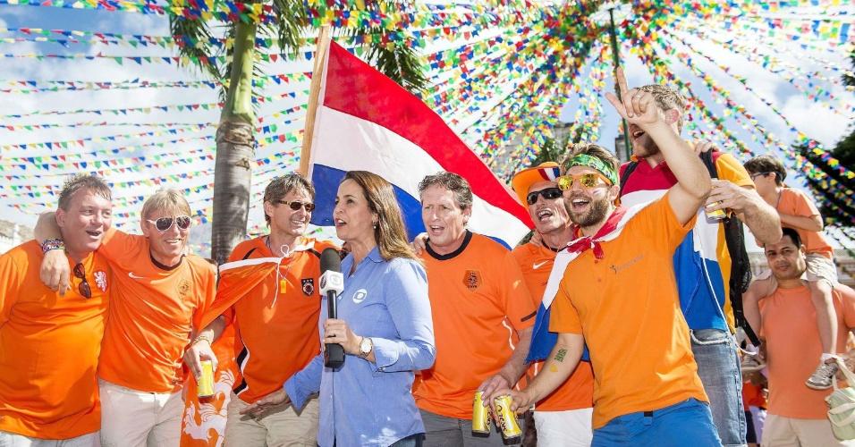 13.jun.2014 - Torcedores da Holanda participam de link da TV Globo antes do jogo contra a Espanha