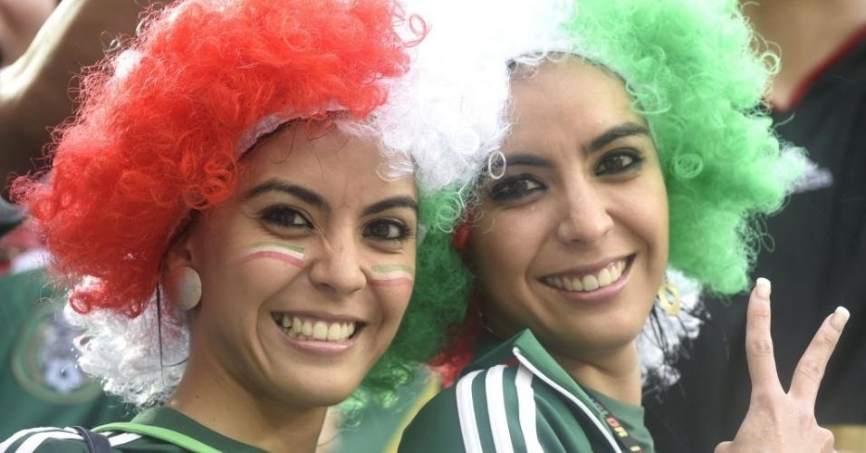 13.jun.2014 - Torcedoras do México sorriem antes da partida contra Camarões na Arena das Dunas