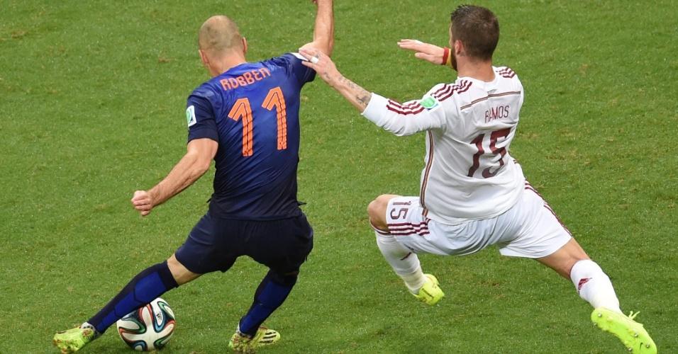 À direita, Sergio Ramos se atira, mas chega depois de Robben finalizar para marcar o segundo gol holandês