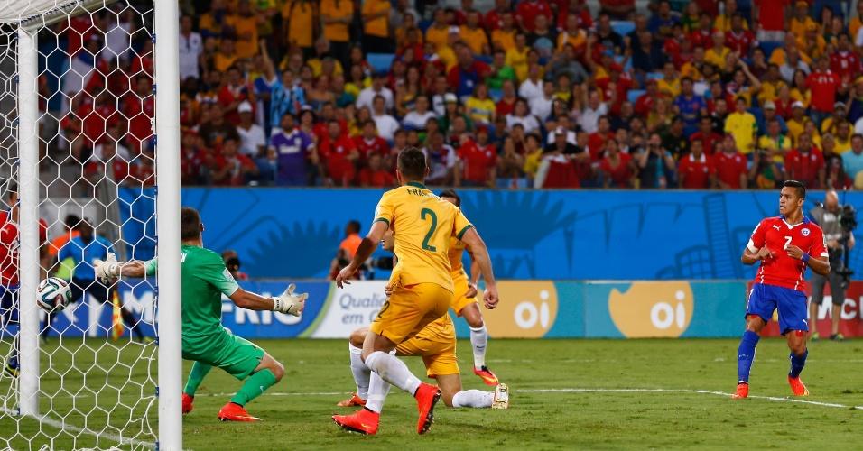 13.jun.2014 - Alexis Sanchez marca o primeiro gol do Chile contra a Austrália, na estreia das seleções na Copa