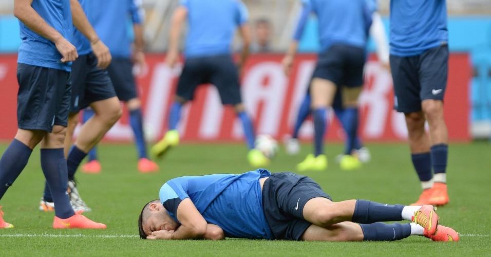 Andreas Samaris fica caído no chão após se chocar com companheiro durante treino da Grécia