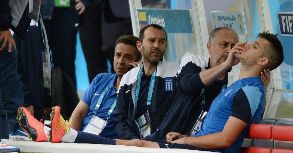 Andreas Samaris recebe atendimento do médico da Grécia após se chocar com companheiro em treino