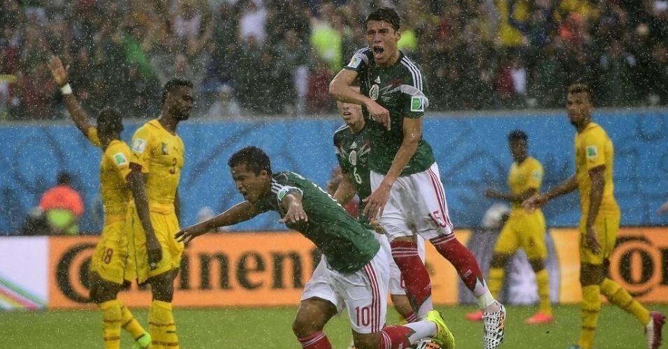 Antes de saber que lance não valia, Giovani Dos Santos comemora gol anulado