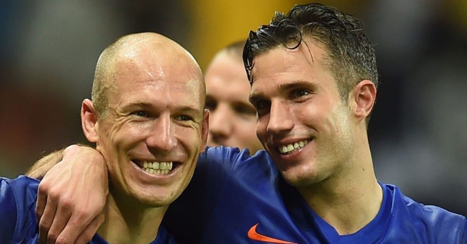 13.jun.2014 - Arjen Robben e Robin van Persie não escondem a satisfação após a goleada da Holanda sobre a Espanha, por 5 a 1