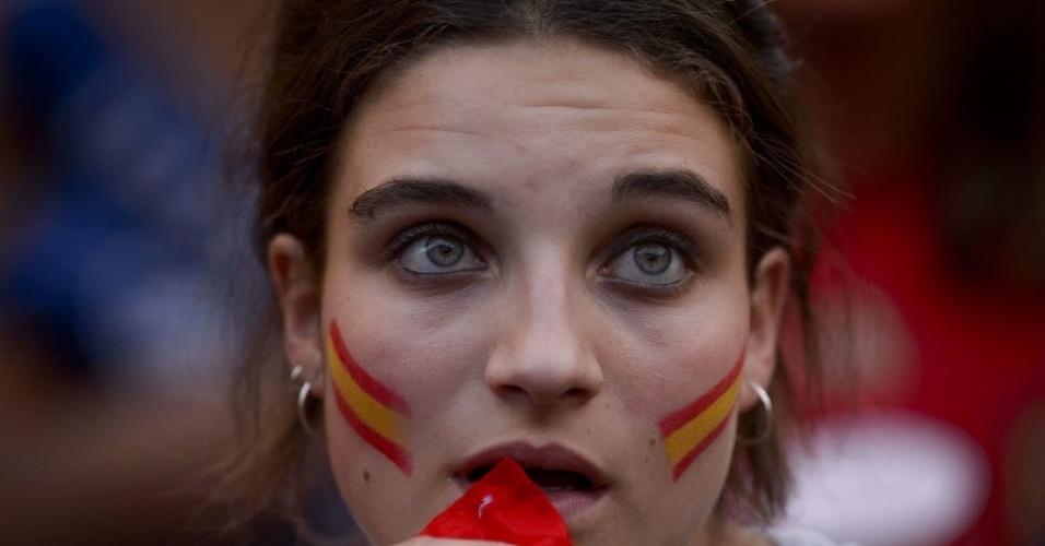 Bela torcedora da Espanha acompanha jogo da seleção contra a Holanda no estádio Santiago Bernabéu, em Madrid