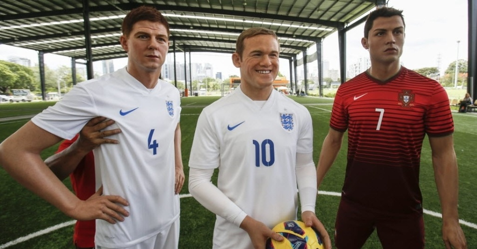 Bonecos de cera dos ingleses Gerrard e Rooney e do português Cristiano Ronaldo são exibidos em Bangkok