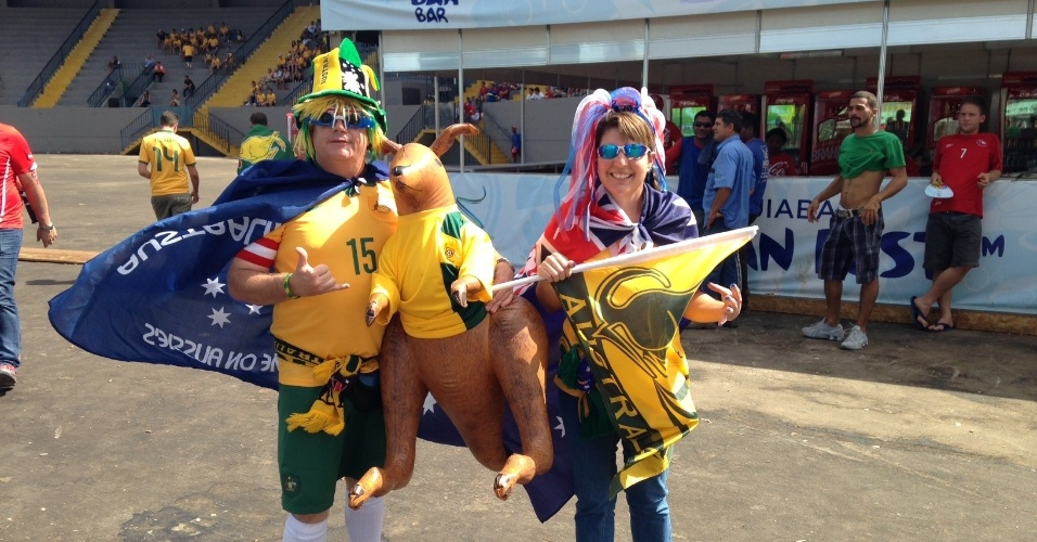 13.jun.2014 - Casal australiano chega à Arena Pantanal fantasiado para o duelo entre Chile e Austrália, pelo grupo B da Copa do Mundo