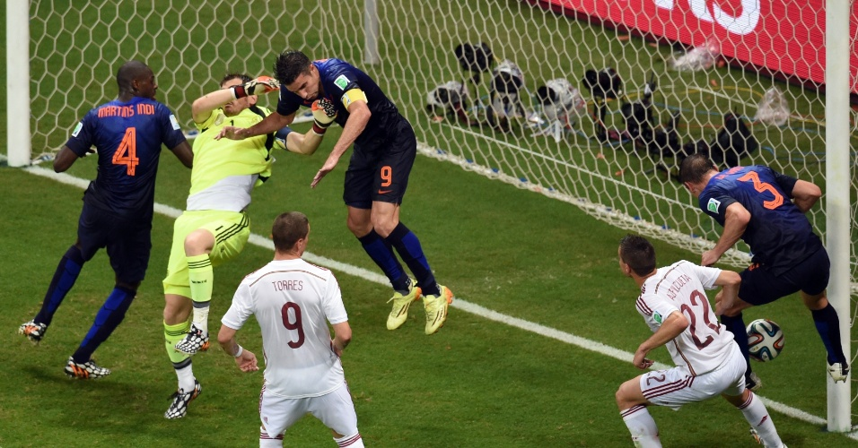 13.jun.2014 - Casillas pede falta, mas o árbitro manda seguir e Stefan de Vrij marca o terceiro da Holanda contra a Espanha