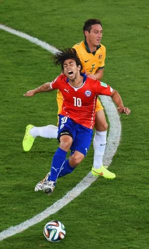 13.jun.2014 - Chileno Valdivia sofre falta dura e cai após entrada de Mark Milligan, da Austrália