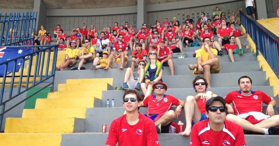 13.jun.2014 - Chilenos aguardam estreia da seleção nacional em arquibancadas ao redor da Fan Fest de Cuiabá