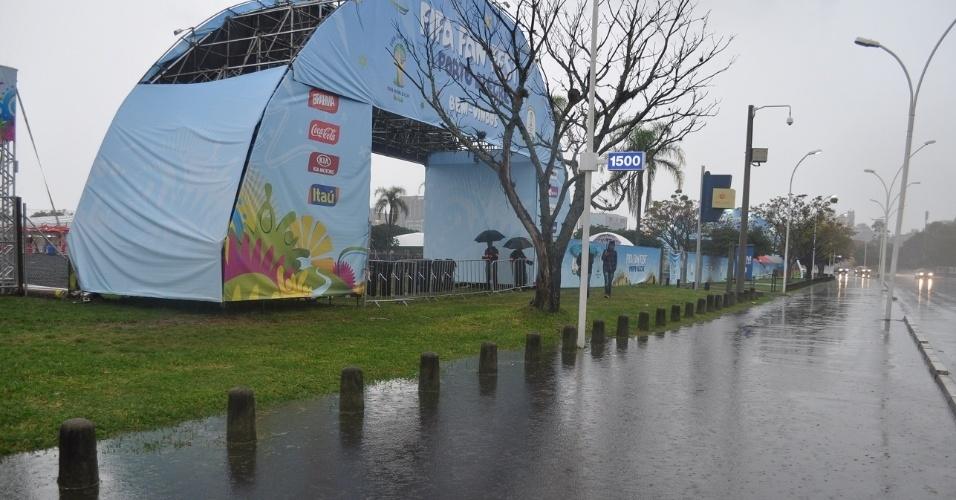 Chuva forte deixa Fan Fest de Porto Alegre alagada e vazia durante jogo de Camarões e México