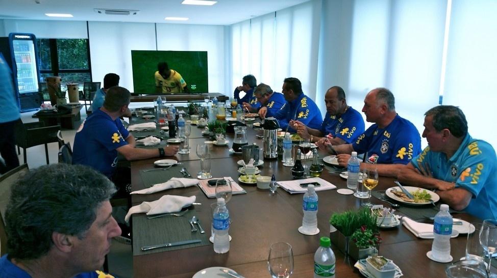 Comissão técnica do Brasil assiste ao jogo entre México e Camarões, pelo Grupo A