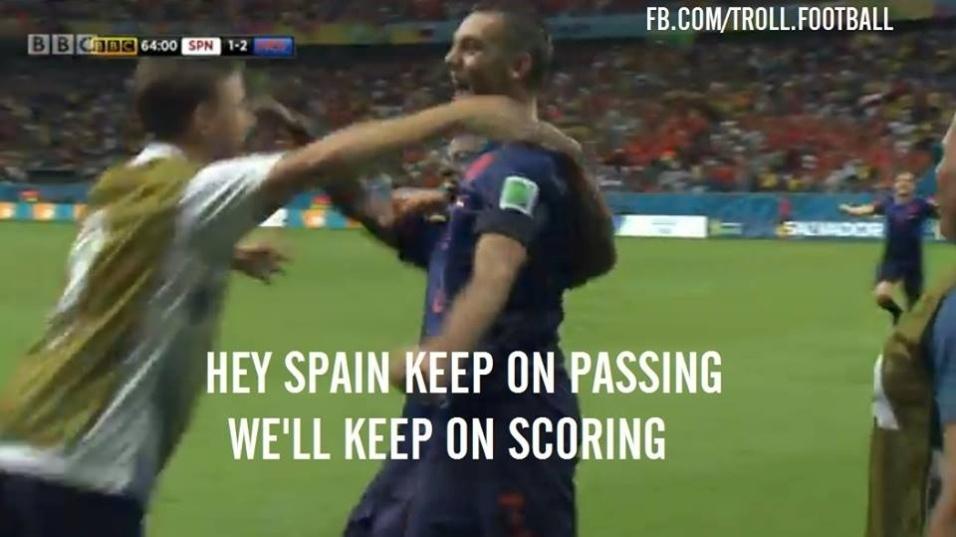 """""""Continuem tocando a bola. Nós continuaremos marcando gols"""". Montagem tira sarro do estilo de jogo da Espanha."""