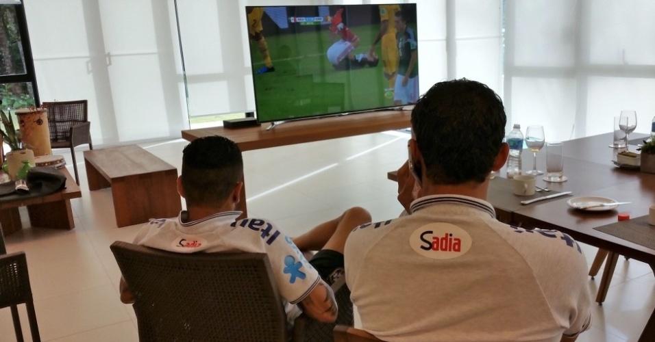 Daniel Alves e Thiago Silva assistem ao jogo entre México e Camarões