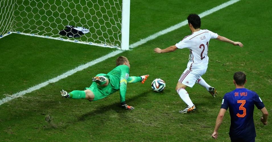 David Silva chega antes do goleiro holandês Jasper Cillessen e chuta para o gol; árbitro anulou o lance porque o espanhol estava impedido