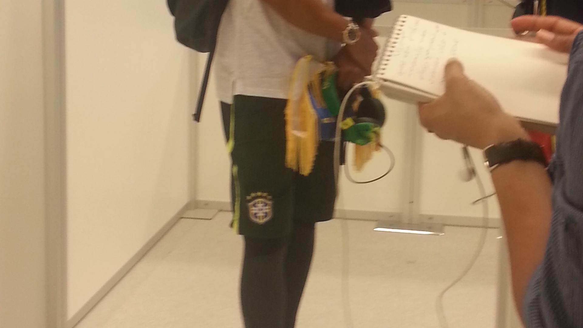 Detalhe da calça especial usada por Thiago Silva na saída do Itaquerão, depois da seleção vencer a Croácia por 3 a 1