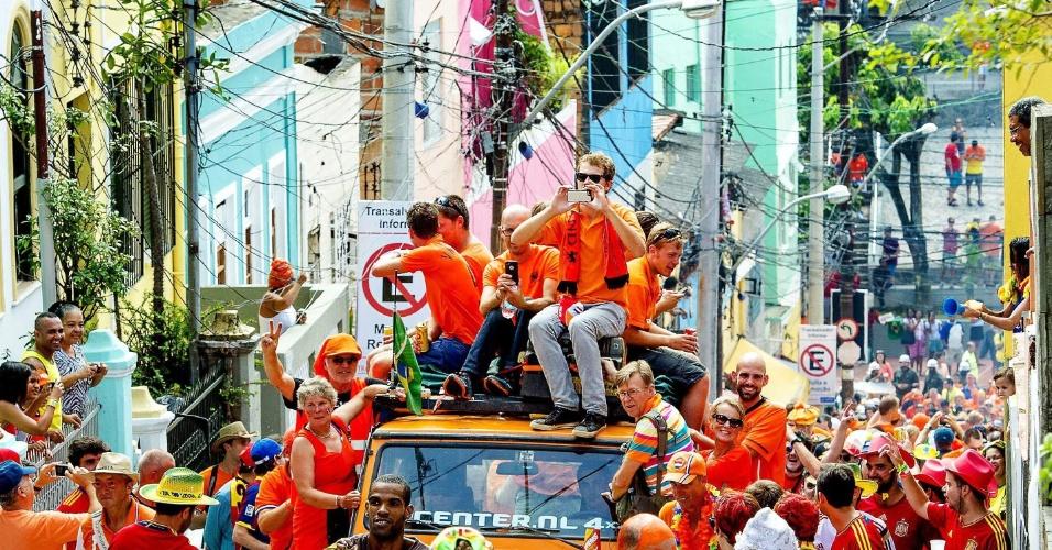 13.jun.2014 - Do lado de fora, holandeses e espanhóis se misturam na chegada ao estádio