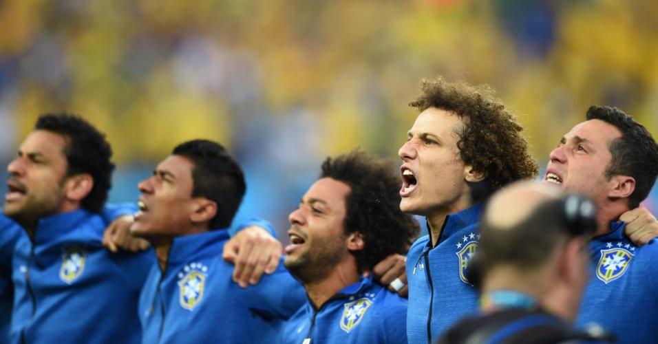 Emoções tomam conta de jogadores brasileiros durante Hino Nacional antes de partida de estreia na Copa do Mundo contra a Croácia
