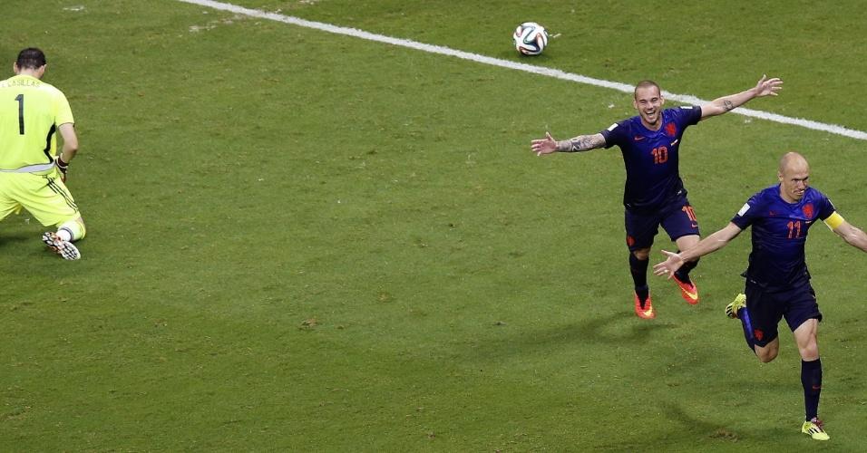 Enquanto Casillas lamenta, Robben e Snejder comemoram gol holandês