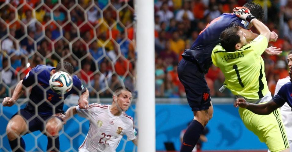Enquanto Casillas sofre falta de Van Persie, Stefan de Vrij (à esquerda) cabeceia para marcar o terceiro gol da Holanda