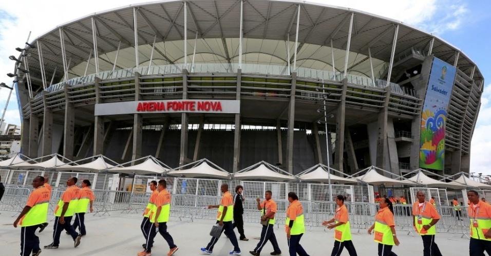 13.jun.2014 - Funcionários começam a se preparar no entorno da Arena Fonte Nova para jogo entre Espanha x Holanda
