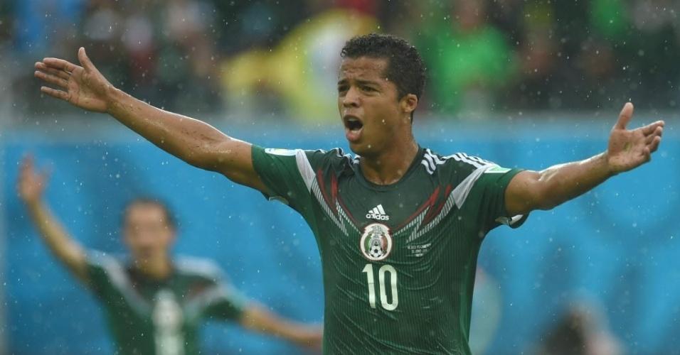 Giovani Dos Santos abre o placar para o México, mas juiz anula o gol alegando impedimento