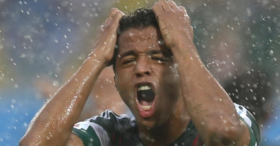 Giovani Dos Santos, do México, se revolta após árbitro anular um gol seu pela segunda vez contra Camarões