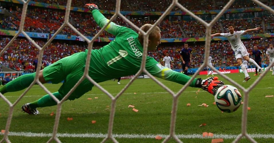 Goleiro holandês pula, mas não evita o gol de pênalti de Xabi Alonso, o único da Espanha na goleada que sofreu da Holanda