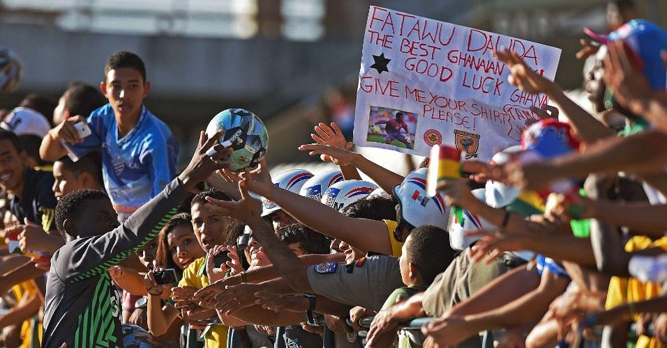 Goleiro Stephen Adams entrega bola para torcedores após treino da seleção de Gana