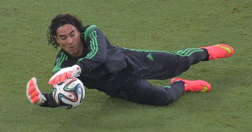 Guillermo Ochoa, goleiro do México, se aquece para partida contra Camarões