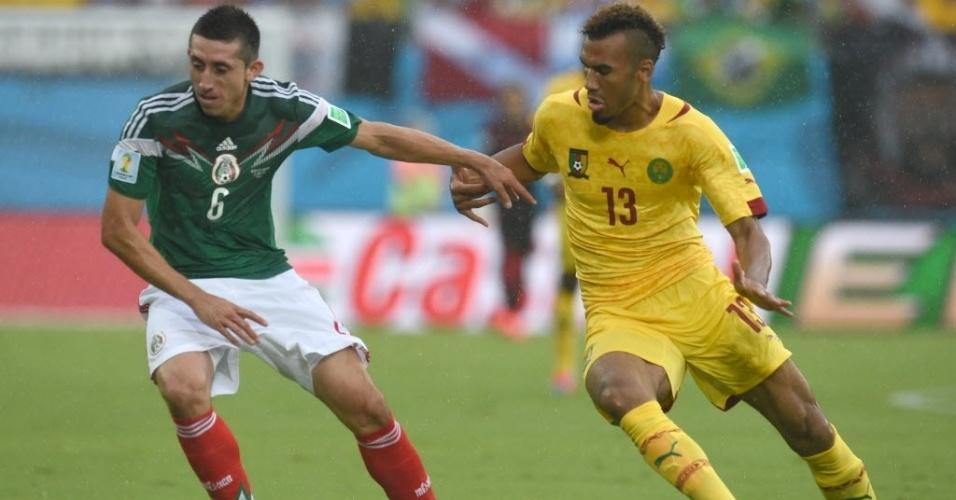 Hector Herrera e Eric Choupo disputam lance na partida entre México e Camarões