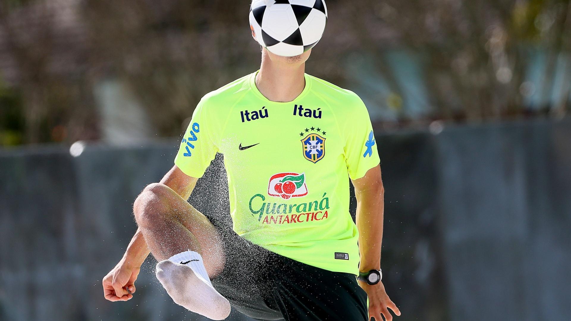 Hernanes fica escondido pela bola durante o treino
