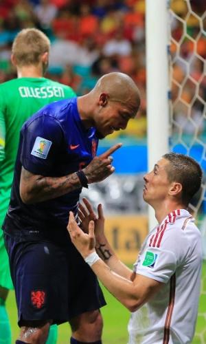 Holandês de Jong dá pito em um submisso espanhol Fernando Torres, em uma espécie de metáfora do que ocorreu no jogo na Bahia