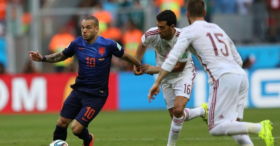 13.jun.2014 - Holandês Sneijder recebe marcação dupla da Espanha na primeira partida das seleções na Copa, em Salvador