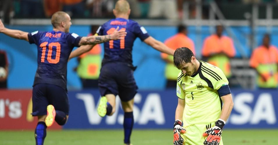 13.jun.2014 - Holandeses comemoram enquanto Casillas fica no chão na derrota da Espanha por 5 a 1