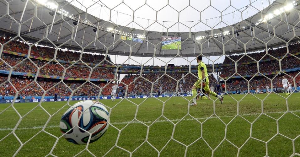 13.jun.2014 - Iker Casillas lamenta após Van Persie cabecear e empatar o jogo para a Holanda contra a Espanha