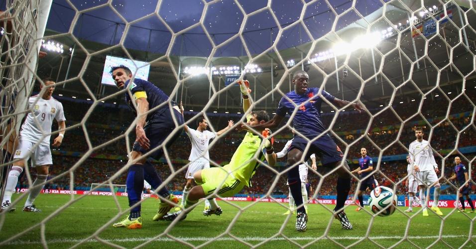 Imagem do terceiro gol da Holanda, marcado após falta sobre o goleiro Casillas