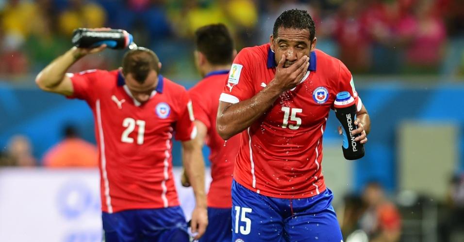 13.jun.2014 - Jean Beausejour aproveita descanso para se hidratar durante a vitória do Chile sobre a Austrália