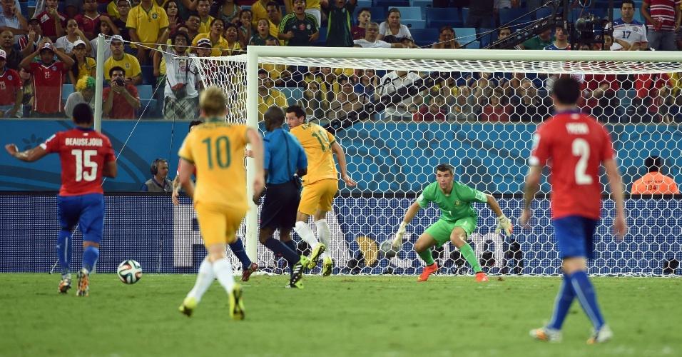 13.jun.2014 - Jean Beausejour se prepara para chutar antes de marcar o terceiro gol do Chile contra a Austrália, na Arena Pantanal