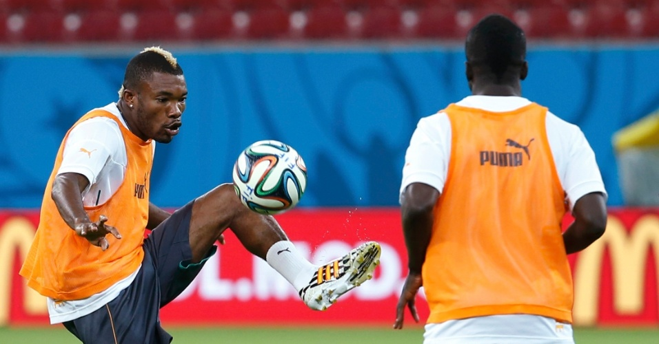 Jogadores da Costa do Marfim batem bola durante treino na Arena Pernambuco