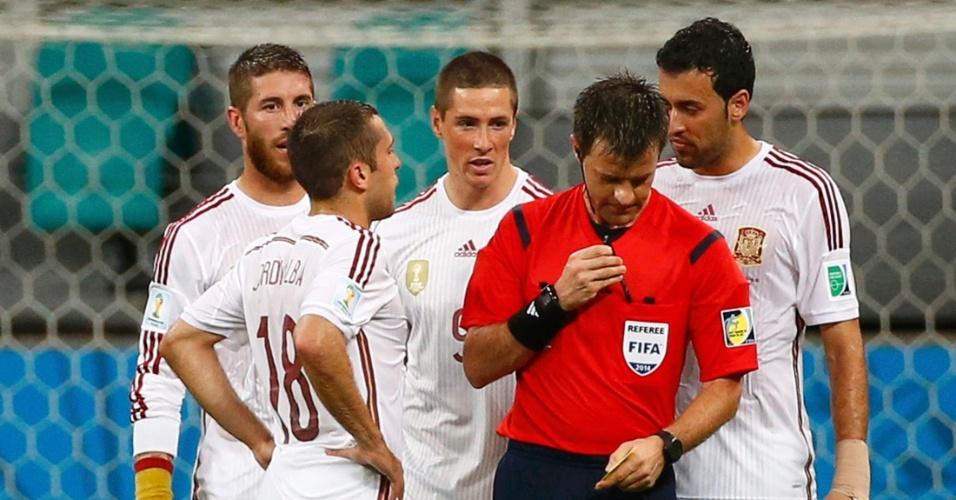 13.jun.2014 - Jogadores da Espanha reclamam com o árbitro Nicola Rizzoli após a Holanda marcar na Fonte Nova