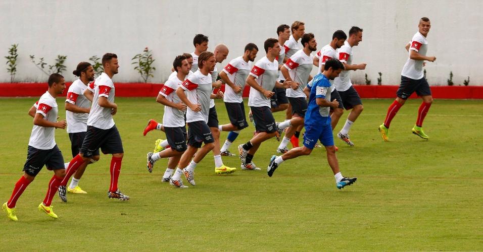 Jogadores da Suiça realizam treino físico em Porto Seguro