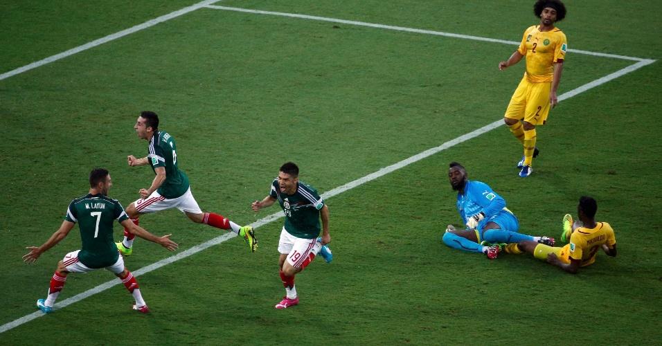 Jogadores do México comemoram gol de Peralta na vitória de 1 a 0 sobre Camarões em Natal