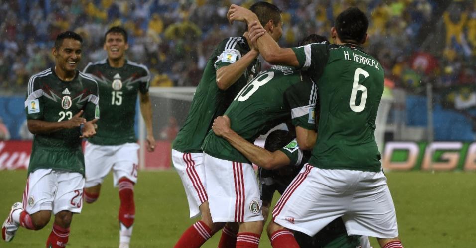 Jogadores do México se amontam para comemorar o gol marcado por Peralta contra Camarões