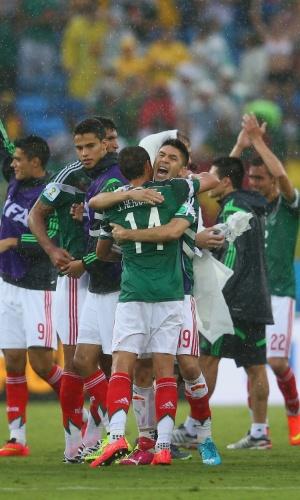 Jogadores mexicanos comemoram muito a vitória por 1 a 0 sobre Camarões