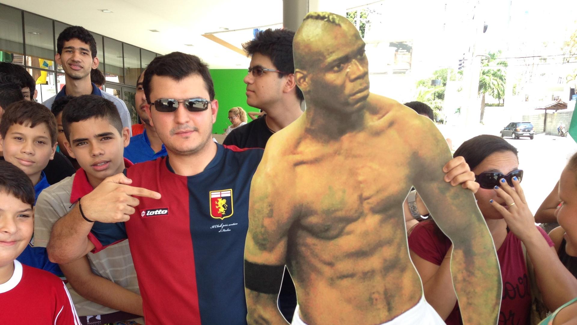 Leonardo Aragão foi para porta do hotel da Itália com imagem de Balotelli