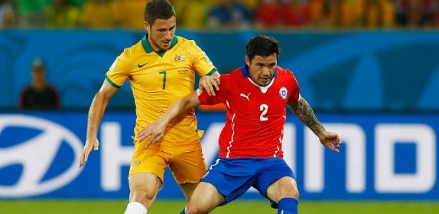 Mena em ação pelo Chile em partida contra a Austrália