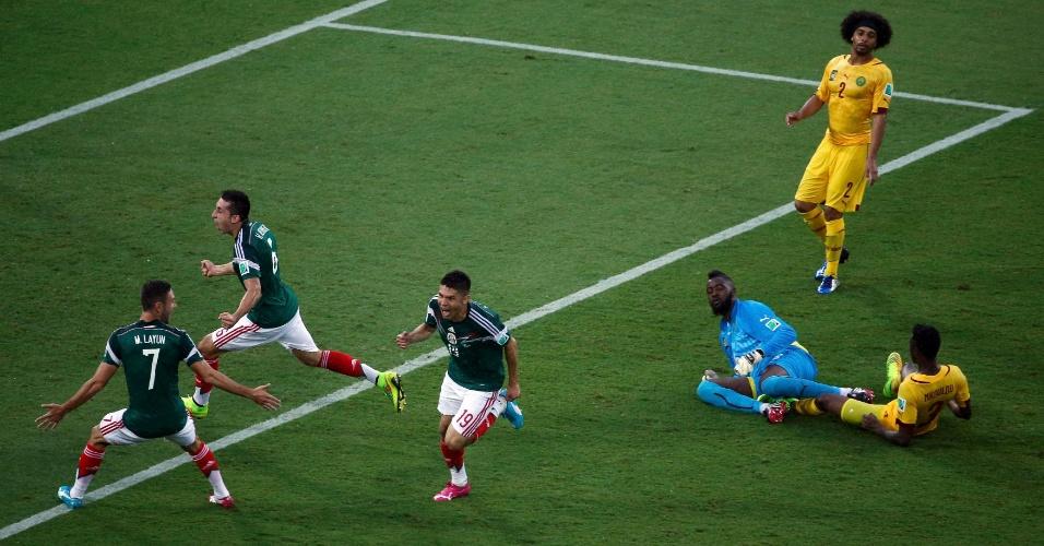México 1 x 0 Camarões: de um lado, a alegria dos mexicanos após o gol de Peralta; do outro, a decepção dos camaroneses