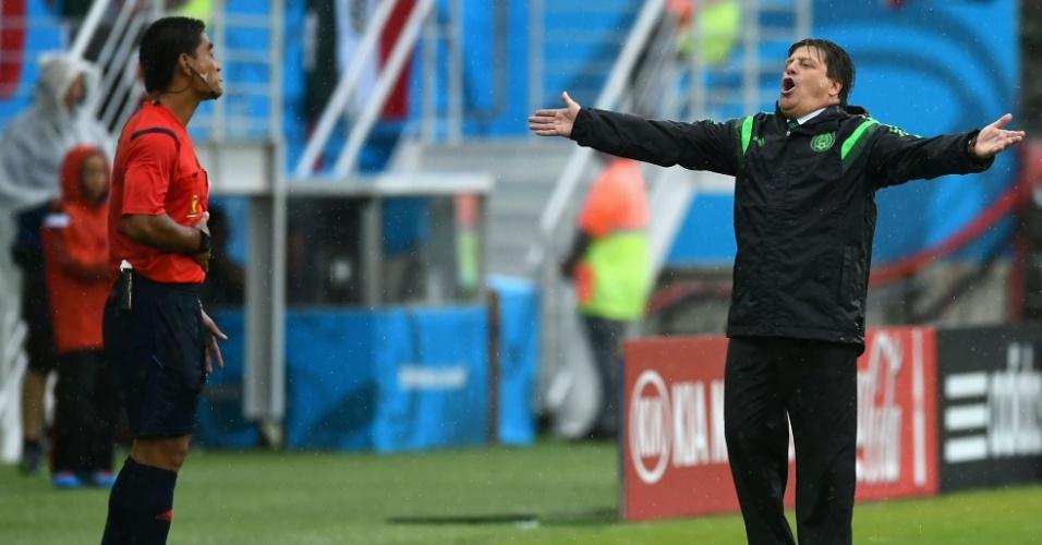 Miguel Herrera, técnico do México, se revolta com arbitragem durante jogo contra Camarões